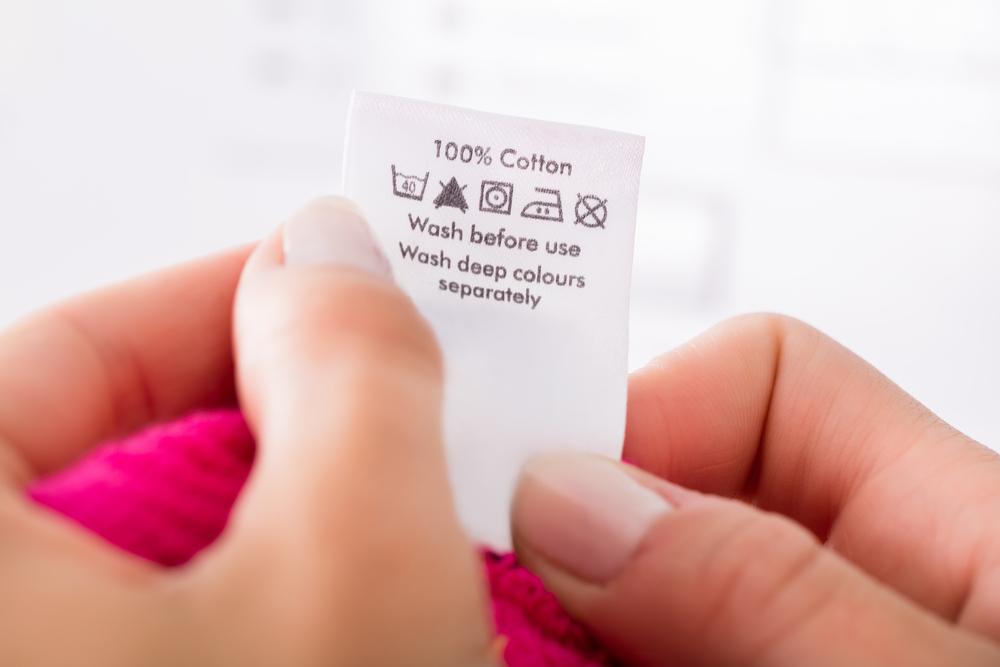 Gebruik een tornmesje om ingenaaid etiket los te krijgen