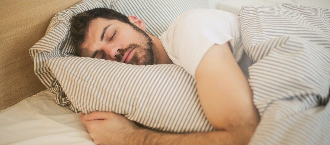 Hoe herken ik iemand met slaapapneu